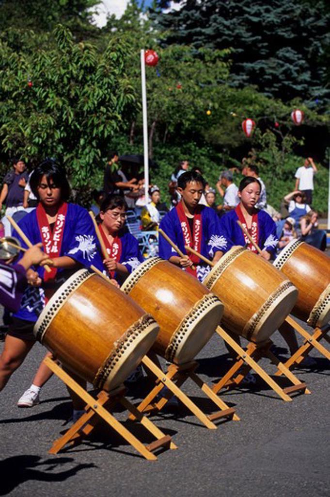 USA, WASHINGTON, SEATTLE INTERNATIONAL DISTRICT, JAPANESE FESTIVAL, TAIKO PERFORMANCE (DRUMS) : Stock Photo