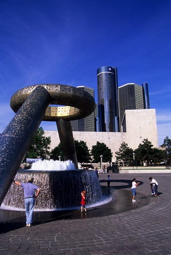 USA, MICHIGAN, DETROIT, RIVERFRONT,  FOUNTAIN, RENAISSANCE CENTER IN BACKGROUND : Stock Photo