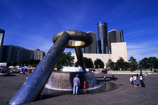 USA, MICHIGAN, DETROIT, RIVERFRONT, DODGE FOUNTAIN, RENAISSANCE CENTER IN BACKGROUND : Stock Photo