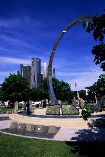 USA, MICHIGAN, DETROIT, RIVERFRONT, HART PLAZA, TRANSCENDING, SCULPTURE, RENAISSANCE CENTER IN BACKGROUND : Stock Photo