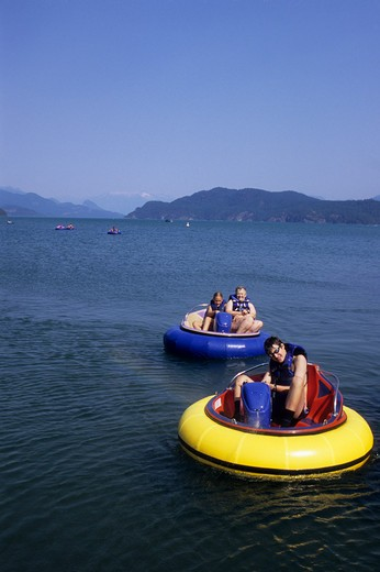 CANADA BRITISH COLUMBIA, HARRISON HOT SPRINGS, HARRISON LAKE, BUMPER BOATS : Stock Photo