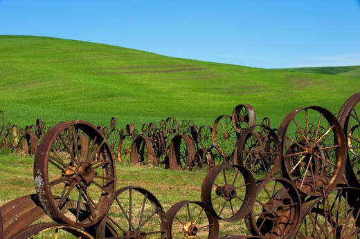 Stock Photo: 4163-5360 USA, WASHINGTON STATE, PALOUSE, UNIONTOWN, FENCE MADE OUT OF OLD WHEELS AT DAHMEN BARN ART GALLERY