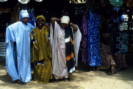 AFRICA, GAMBIA, BANJUL, MARKET WITH WOMEN IN COLORFUL TRADITIONAL DRESS : Stock Photo