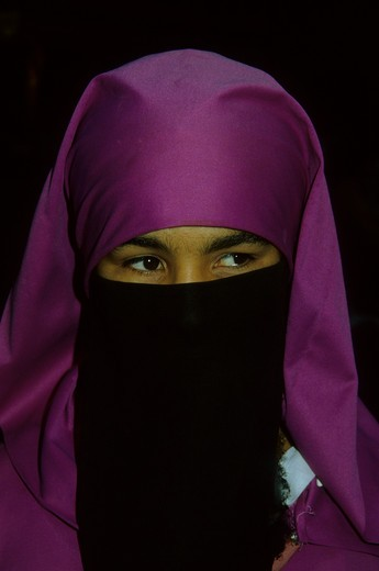 MOROCCO, MARRAKESH, MEDINA (OLD TOWN), PORTRAIT OF TRADITIONAL MUSLIM WOMAN WITH VEIL : Stock Photo