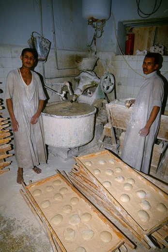 EGYPT, ASWAN, STREET SCENE, BAZAAR, LOCAL BAKERY BAKING ARABIC BREAD : Stock Photo