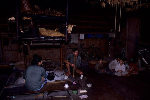 ASIA, NO. VIETNAM, NEAR HOA BINH GIANG MO VILLAGE, MUONG HILL-TRIBE, TRADITIONAL HOUSE, INTERIOR : Stock Photo