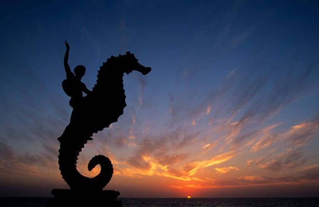 MEXICO, PUERTO VALLARTA, MALECON, WALKWAY BY BEACH, SEA HORSE SCULPTURE, SUNSET : Stock Photo