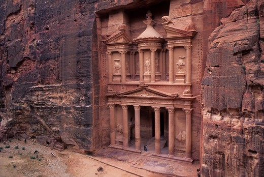 JORDAN, PETRA, TREASURY OF THE PHARAOH (AL KHAZNEH FARUN), 84-85 B.C., VIEW FROM CLIFF : Stock Photo