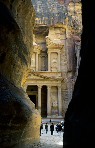 Stock Photo: 4168-1783 JORDAN, PETRA, VIEW OF TREASURY (AL KHAZNEH FARUN) FROM ENTRANCE (THE SIQ), TOURISTS