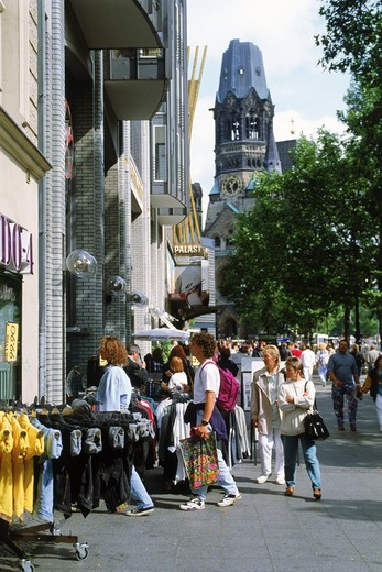 Sidewalk cafes and shoppers near Kaiser Wilhelm Memorial Church in Berlin : Stock Photo