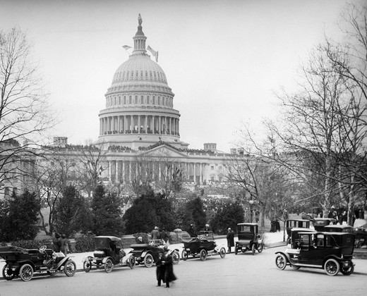 1910S 1920S Capitol Building Washington Dc Line Of Cars Parked On Street In Foreground : Stock Photo