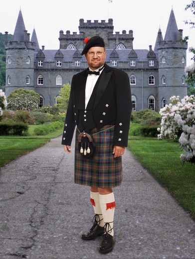 Scottish highland man in kilt in front of Inverary Castle : Stock Photo