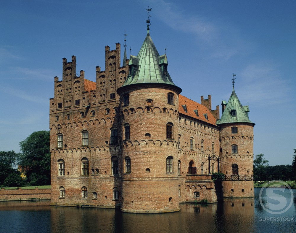 Stock Photo: 42-1536 Reflection of a castle in water, Egeskov Castle, Kvaerndrup, Denmark