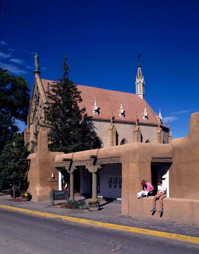 Two people sitting on a wall, Santa Fe, New Mexico, USA : Stock Photo