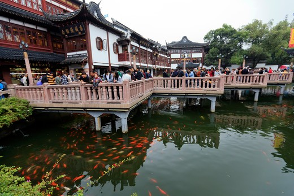 China, Shanghai, Zigzag Bridge of Nine Turnongs, Yuyuan (Yu Yuan) Bazaar : Stock Photo