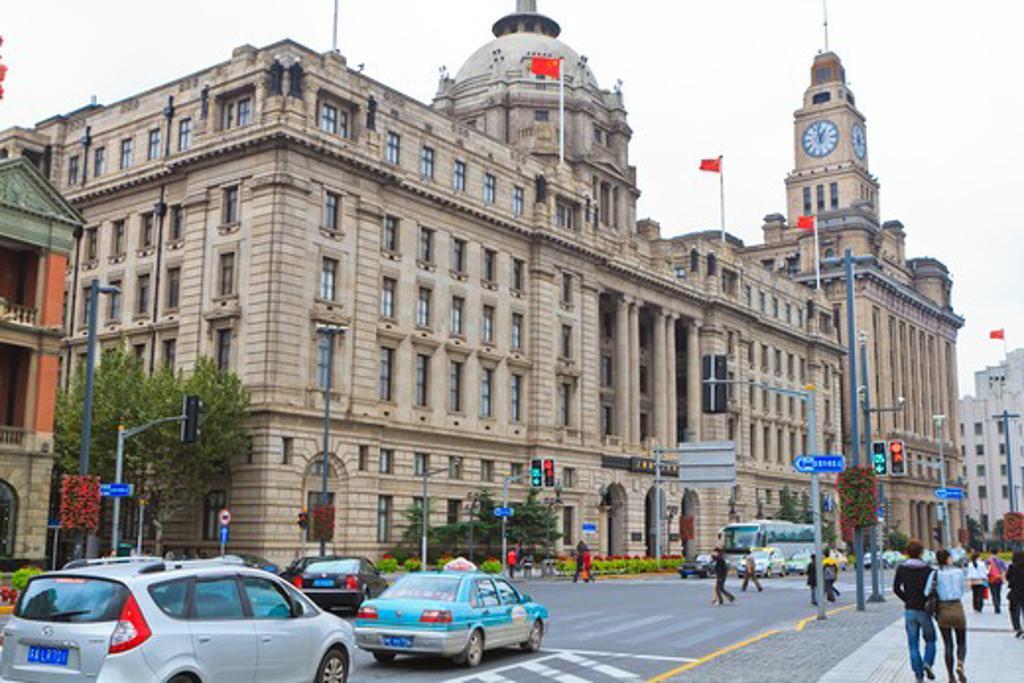 Custom house at the roadside, Hong Kong and Shanghai Bank, The Bund, Shanghai, China : Stock Photo