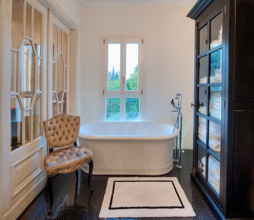 Contemporary Upscale Bathroom : Stock Photo