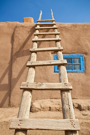 Taos, New Mexico, USA , Wooden Ladder Against an Adobe Building : Stock Photo