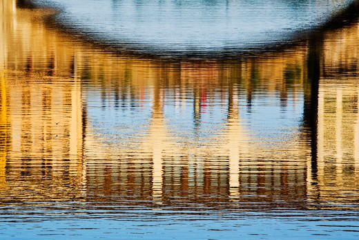 Building Reflections on Water : Stock Photo
