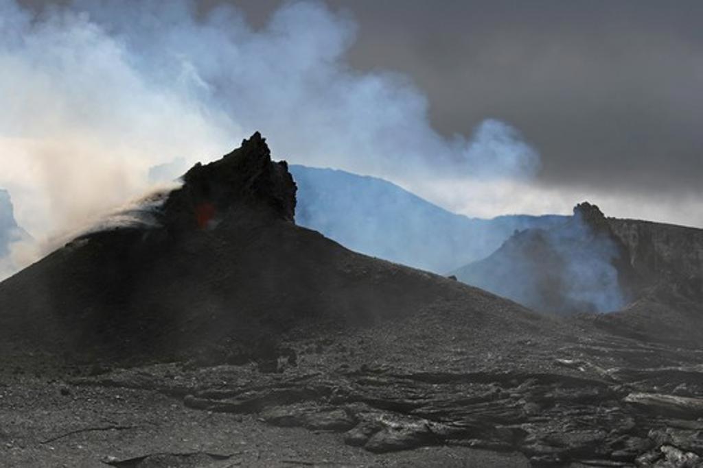 Stock Photo: 4239R-1246 April 8, 2005 - Steaming Puu Oo crater, Big Island, Hawaii