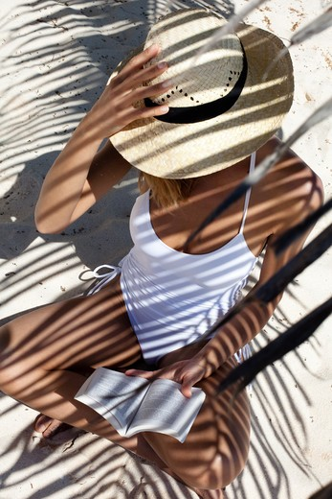 Stock Photo: 4252-20113 Woman beach reading