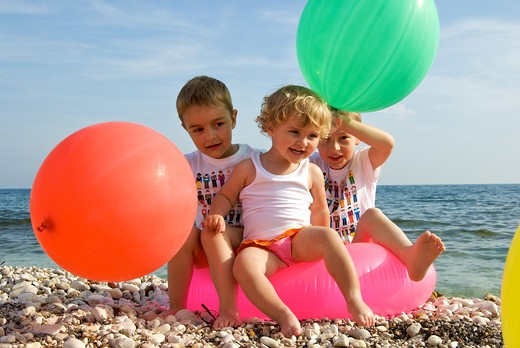Stock Photo: 4252-32192 Children beach balloons