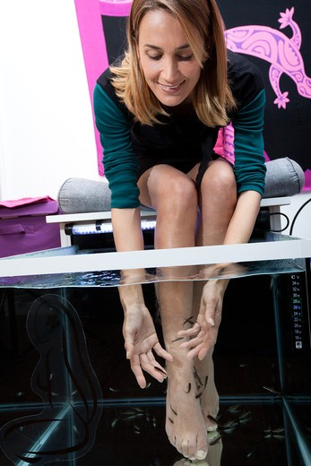 Stock Photo: 4252-34078 Woman fish pedicure