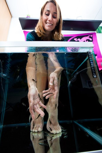Stock Photo: 4252-34079 Woman fish pedicure