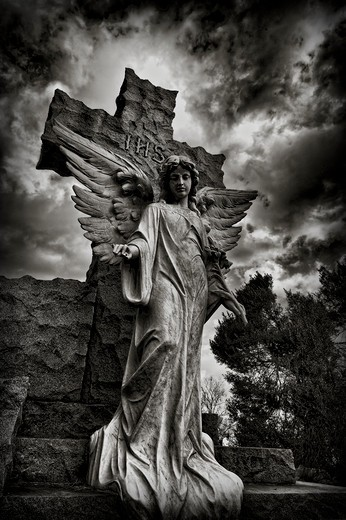 Stock Photo: 4260-1039 USA, Virginia, Alexandria, St. Mary's Cemetery, Statue of angel under dramatic sky