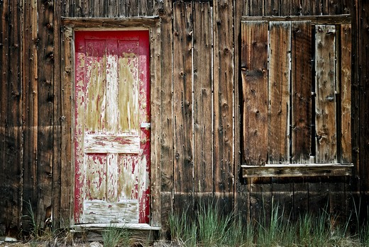 Old abandoned weathered wood house in St. Elmo, Colorado, USA : Stock Photo