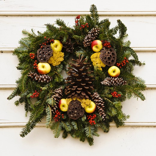 Stock Photo: 4260-1364 Handmade Christmas decorated wreath hanging from a wall, Williamsburg, Virginia, USA
