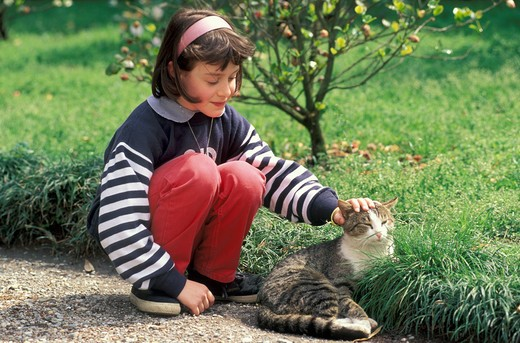 Stock Photo: 4261-18555 little girl and chat, bellagio, italy