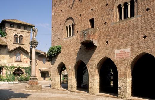 Stock Photo: 4261-24372 village centre, grazzano visconti, italy
