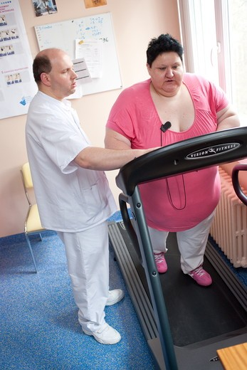 Female patient following an exercise program with a physiotherapist. Limoges hospital offers its obese patients requiring hospitalization for five days for a multidisciplinary management of obesity. Department of Internal Medicine, Endocrinology, Diabetes and Metabolic Diseases. Limoges, France. : Stock Photo