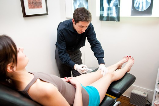 Stock Photo: 4269-18973 Woman in consultation with a rheumatologist. Treatment of pain by infiltration.