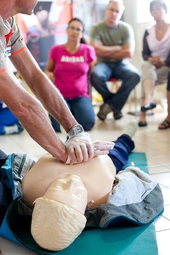 Stock Photo: 4269-29404 First aid training courses given by the French Red Cross.