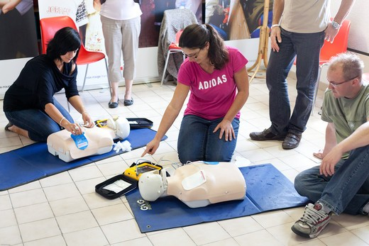 Stock Photo: 4269-29414 First aid training courses given by the French Red Cross.
