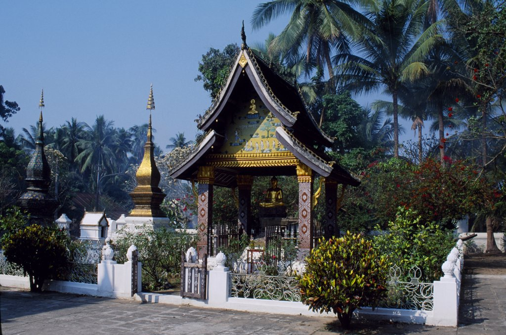 Wat Xieng Thong, the Golden City Temple.  This magnificent temple complex is the most famous attraction in Luang Prabang and contains some of the most beautiful examples of Lao devotional art.  Built by King Saisetthathilat in 1560 on the tip of a peninsula formed by the Mekong and Khan rivers. : Stock Photo