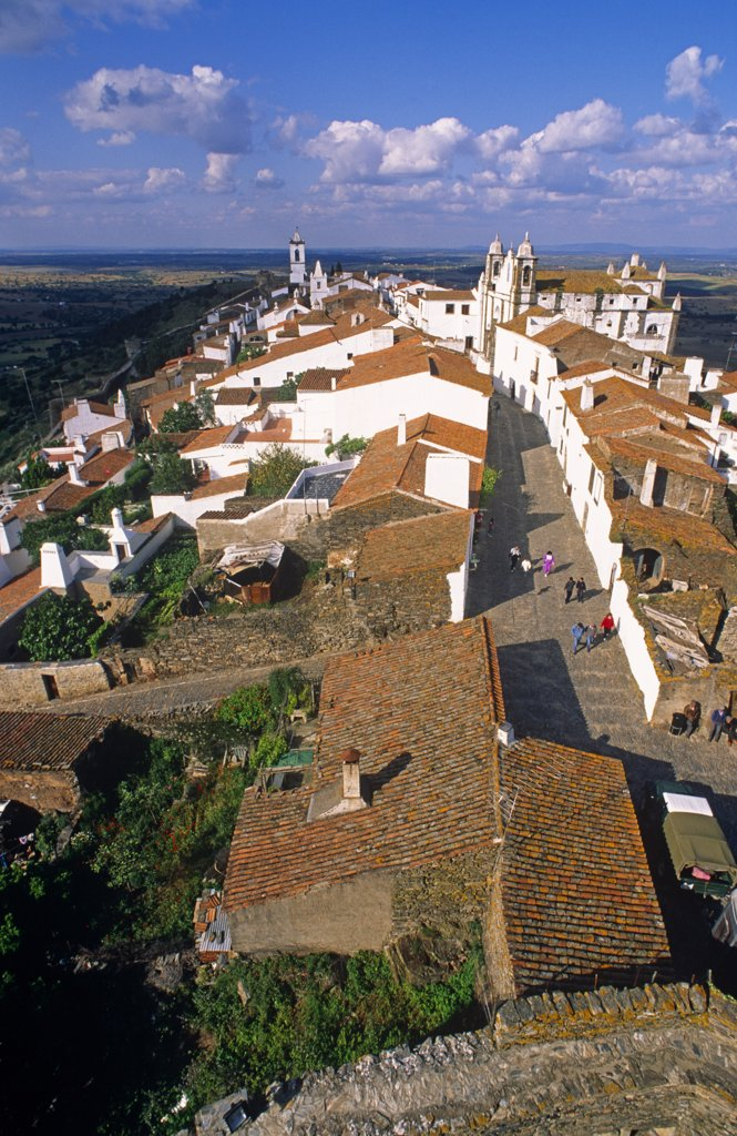 Portugal, Alentejo, Monsaraz. The town came to prominence when it was captured from the Moors in 1167. Monsaraz has been inhabited since prehistoric times as the Celts, Romans, Visigoths and Moors each took full advantage of the hills defensive potential. : Stock Photo