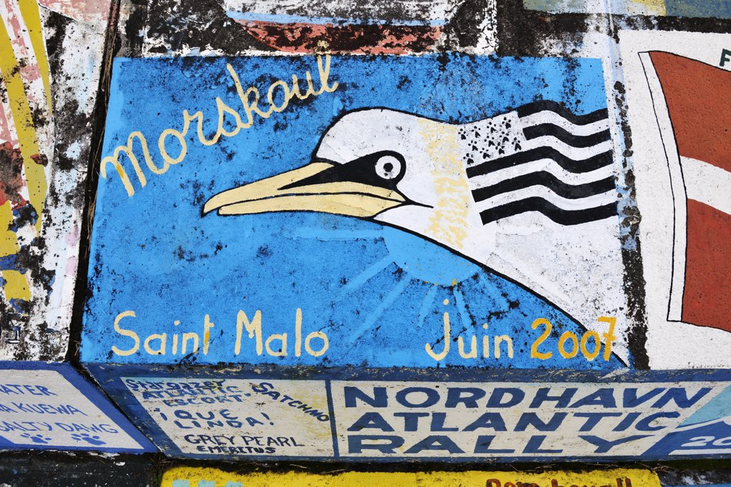 Paintings made by sailors from all over the world, in the marina of the city of Horta. Faial, Azores islands, Portugal : Stock Photo