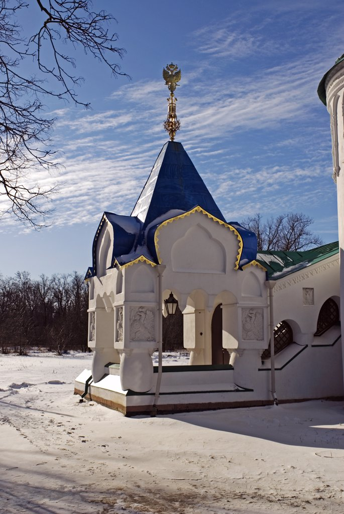 Russia, St Petersburg, Tsarskoye Selo (Pushkin). Fyodorovsky Cathedral. The side entrance to the Fyodorovsky Cathedral, the favourite church of Tsar Nicholas II and his family while being held at the Alexander Palace and before their transportation to Siberia. : Stock Photo
