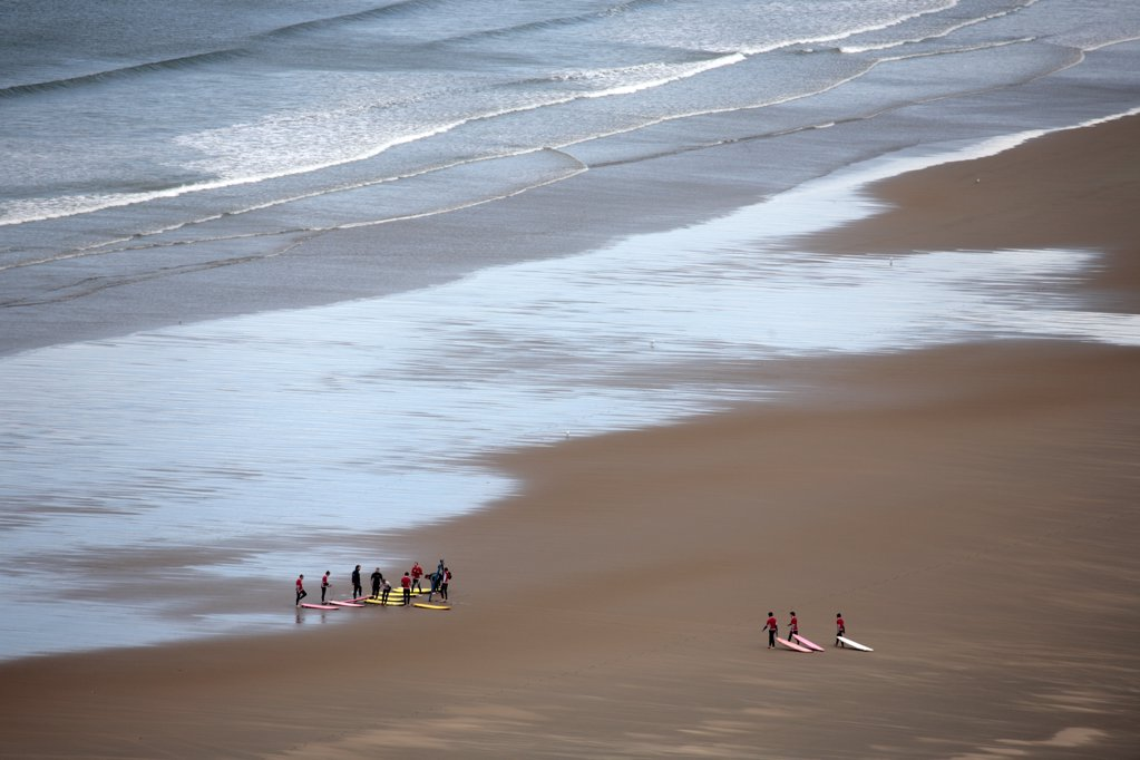 Wales, Gower. Surfers gather for a lesson at Rhossili Bay. : Stock Photo