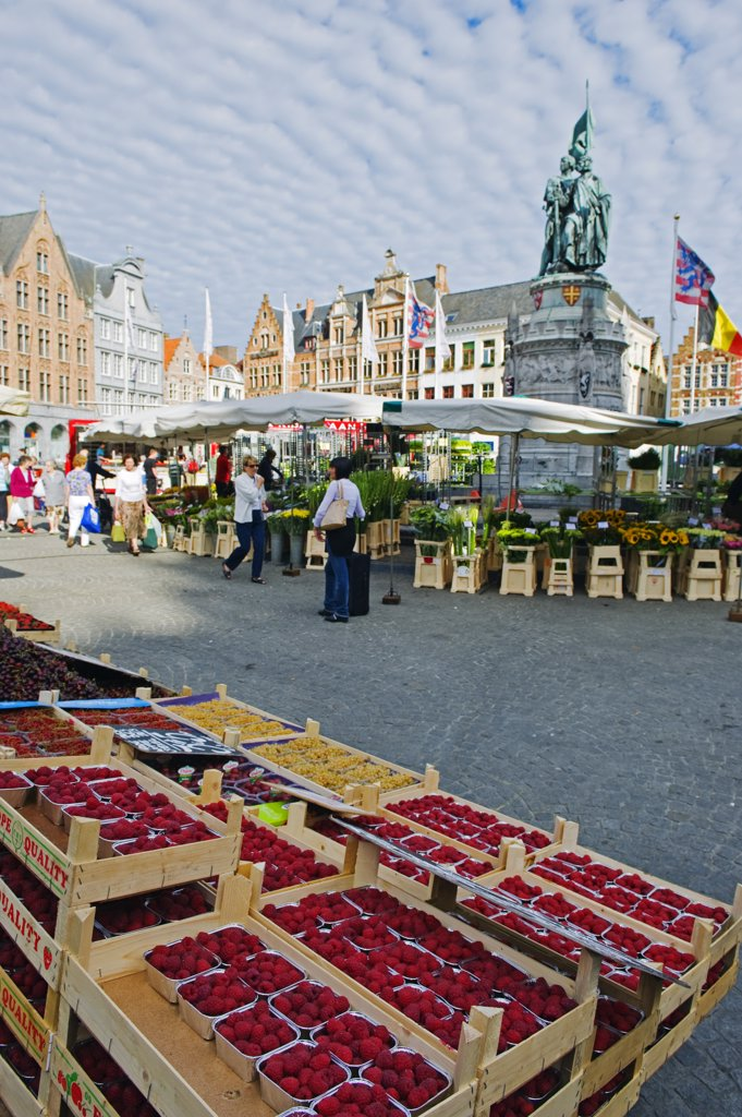 Stock Photo: 4272-36434 Europe, Belgium, Flanders, Bruges, monument to Pieter De Coninck & Jan Breydel, market in market square, old town, Unesco World Heritage Site