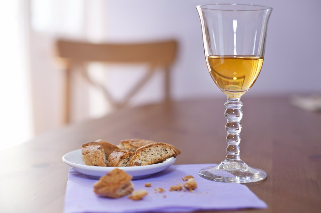 Stock Photo: 4272-38808 Italy, Umbria, Tozzetti (hazelnut cookies) and Vin Santo (sweet wine)