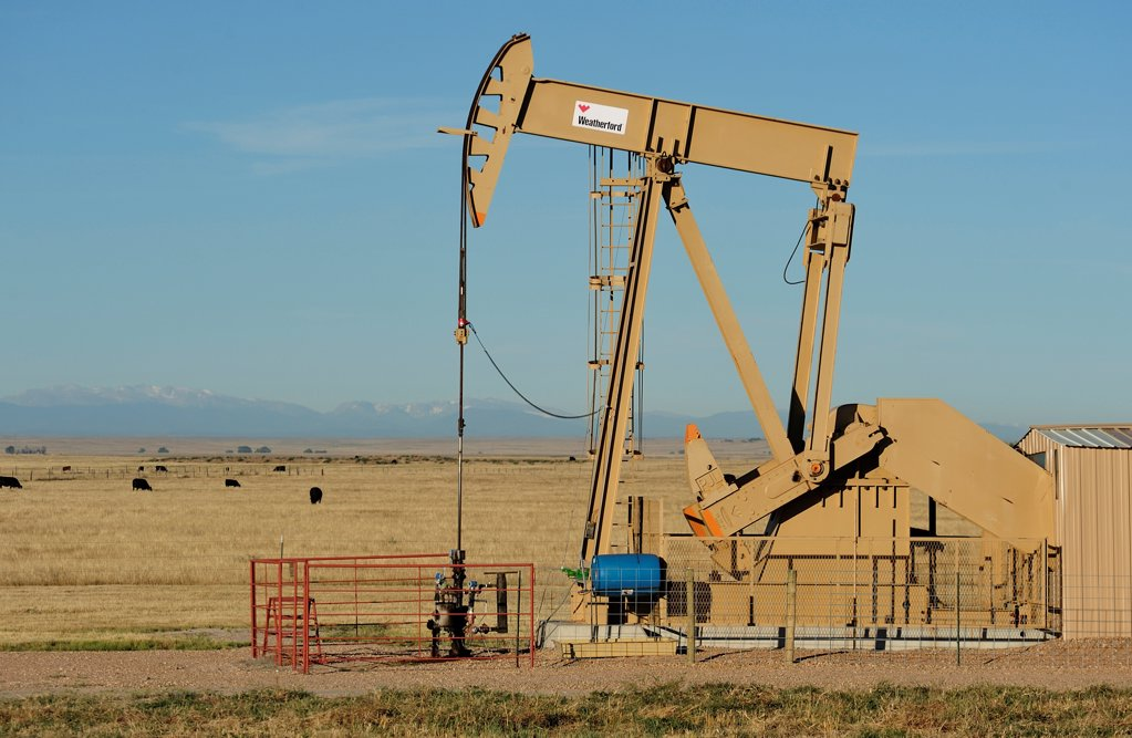 Oil derrick, Pawnee National Grassland, Colorado, USA : Stock Photo