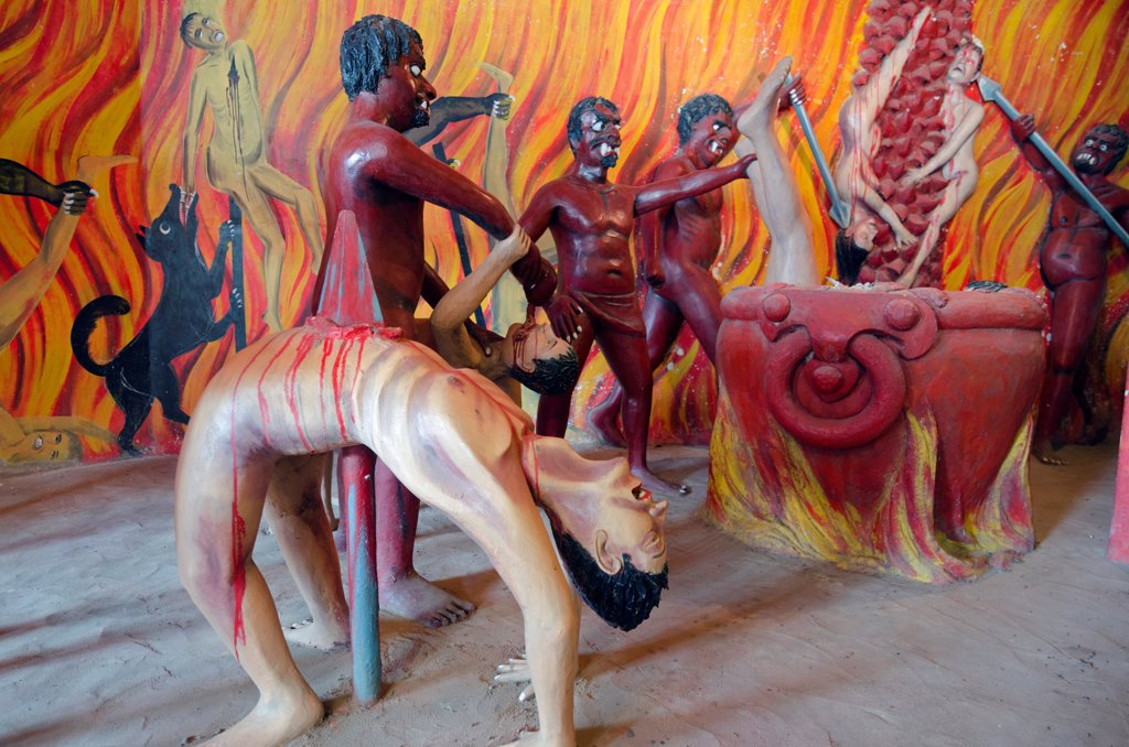 Sri Lanka, Southern Province, Wevurukannala Vihara Buddhist temple, people being tortured in the Chamber of Horrors : Stock Photo