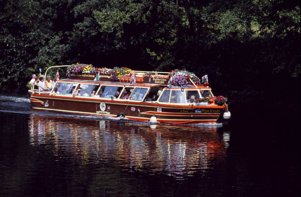 Pleasure sightseeing boats on the River Wye at Symonds Yat in the Wye Valley, Forest of Dean, Herefordshire. : Stock Photo