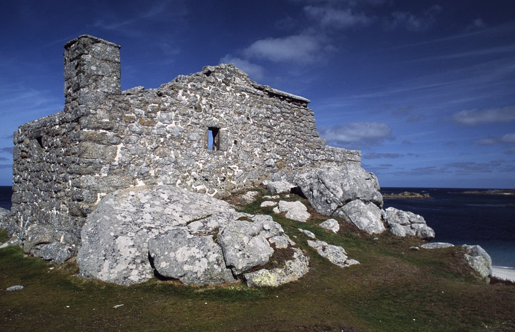 The Blockhouse is a late 16th or early 17th century artillery fort on the east side of Tresco. : Stock Photo