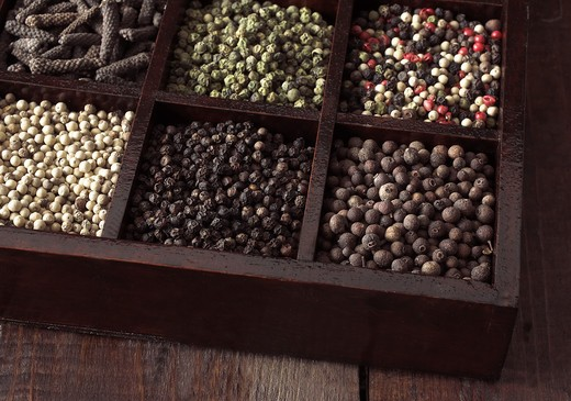 Stock Photo: 4273-5831 Box With White Pepper, Black Pepper, Green Pepper, Five Peppercorns, Jamaica Pepper And Long Pepper