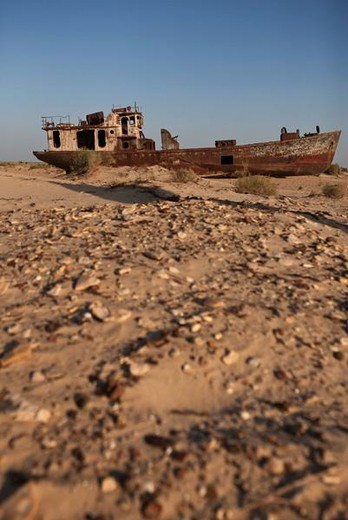 Uzbekistan, Moynaq, rusty boat beached in the desert which used to be the Aral Sea : Stock Photo